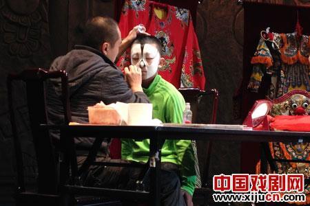 京剧讲座迷住了中外观众
