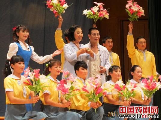 平剧《妈妈》的真情感动了深圳观众