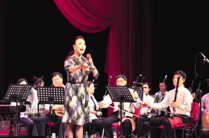 曾昭娟领导了评剧剧院三代优秀演员的演出,他们分别是老人、中年人和年轻人。