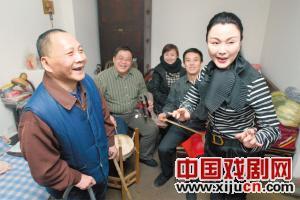 曾昭娟专程为歌迷表演。