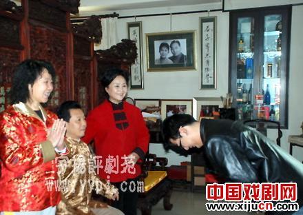 著名书法家兼画家吴欢除了给红包外,什么也没给他的弟子。他非常认真。