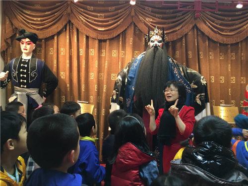 庆祝新年的国家京剧剧院引领孩子们走进民族精华殿