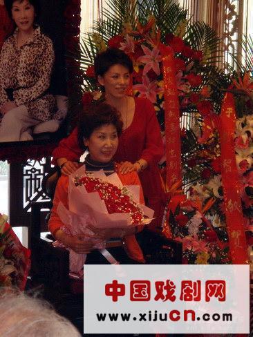 中国戏曲学院表演系的年轻教师刘一正式成为张丕艺术的后裔,这要归功于著名京剧表演艺术家薛亚萍作为他的老师。