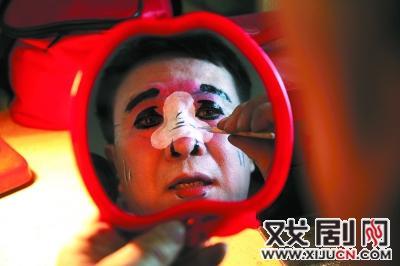 """鞠萍罐子里的一个大""""泡沫""""刘建国亲自资助了这个剧团。"""