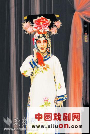 湖北京剧院杰出的年轻演员万晓慧也以张派的京剧大师王万华和薛亚萍为老师。