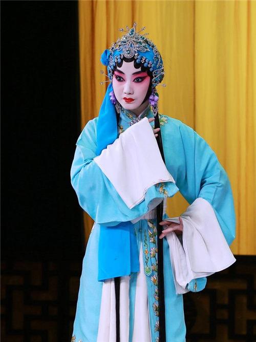 京剧《春秋》蔡晓鹰扮演江秋莲,张晨晨扮演哺乳母亲