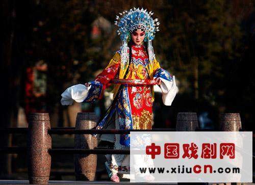 一个穿着京剧的女人正在北京公园练习。