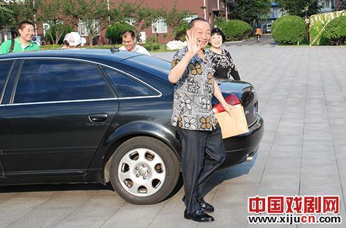 梅宝九先生,79岁,在中央文化管理干部学院艺术学院发表演讲。