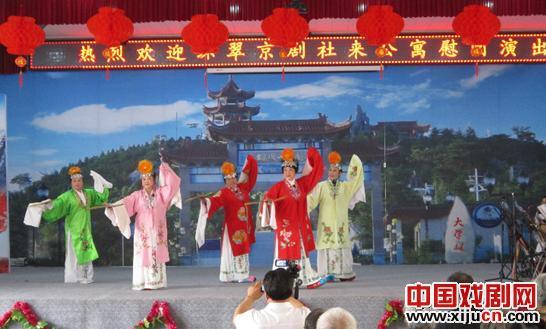 环翠京剧团为老年人表演《醉妃》、《索林胶囊》和《戴诺》等经典剧目。