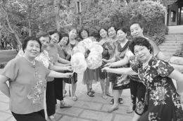 70岁的晋剧大师在住宅区领唱方舞戏剧韵