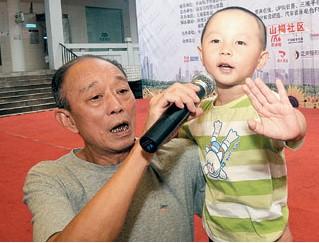 这位4岁的演员又唱又哭