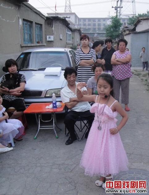平剧童星活跃在宜春社区