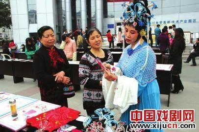 61岁的老京剧爱好者陈舒鸣热爱京剧、服装和表演。