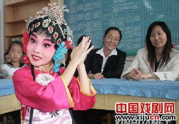 京剧兴趣小组举行报告表演