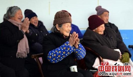 岳阳县京剧协会在敬老院进行义演