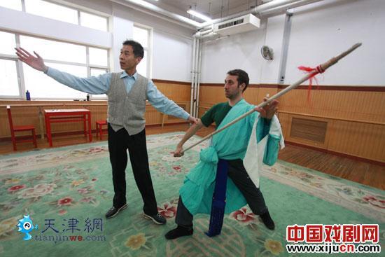 30岁的巴西男孩卡洛斯跟随老师学习京剧。