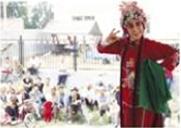 呼和浩特民族表演团山西剧院为村民表演著名的山西戏曲曲目。