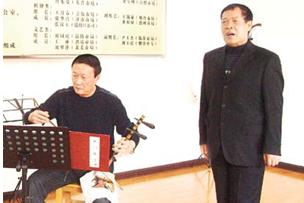 退休后,卢世贤为了好玩爱上了京剧。
