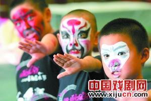 京剧夏令营营员在国家京剧剧院做了一个报告。