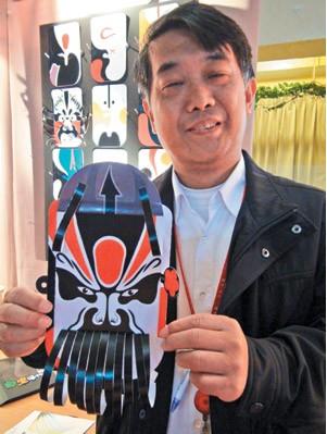 王辅生的孙子王小龙设计了另一种面具撕裂艺术