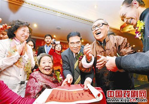 92岁的王赵泽接受了女老学生陈端为弟子。