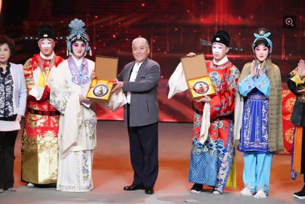 余少群·白凯南的《继承中国》一起唱京剧