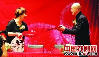 关东田正式签约武汉京剧剧院艺术总监