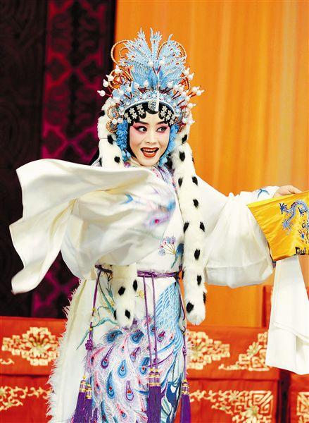 天津青年京剧团演出程派的戏剧《月亮喜归汉》