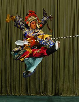 詹吴磊的表演以京剧《滑轮》和《三叉》为特色