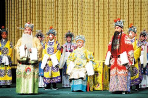 北京京剧院在天津大剧院上演的经典剧目《繁荣中的龙凤》获得了热烈的掌声。
