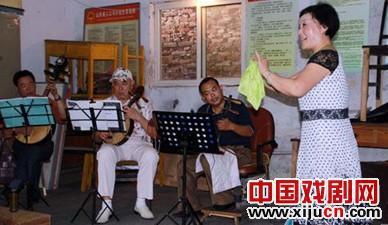 东昌府区高级体育协会京剧协会在自愿的基础上表演了200多场。