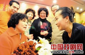 平剧表演艺术家刘平喜接受天津静海平剧团的刘萍为弟子。