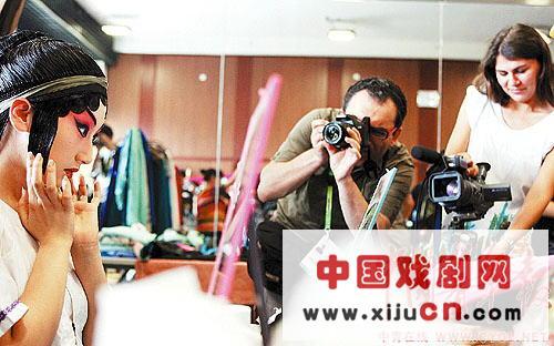 外国记者对中国京剧非常着迷。