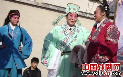 红英和弟子郝春红、李彭年一起表演了著名的红牌戏《雨荷桥》