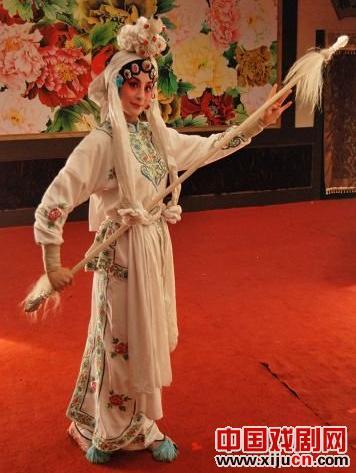 吴亚桥的《中华民国的过去》演绎了何秋艳(孟晓东)不幸的传奇人生