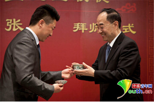 叶少兰接受第三届全国京剧团演员张冰
