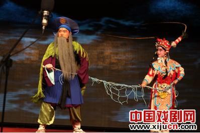 童话京剧《金鱼与渔夫》是为农民工的孩子免费表演的。