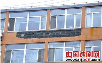 红山区京剧团住宅楼外墙脱落