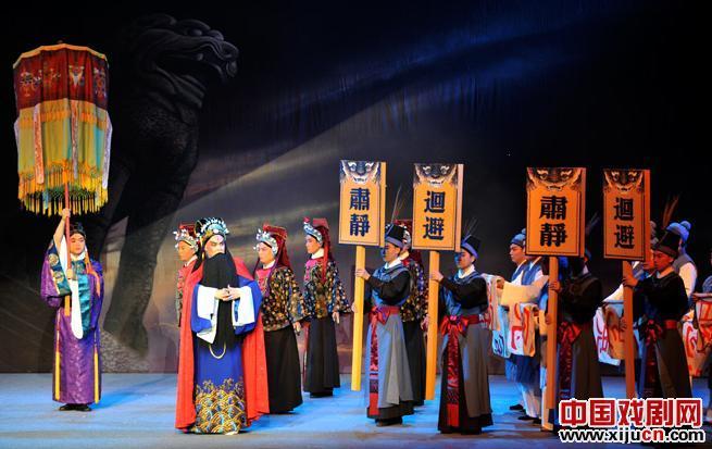 京剧《紫袍的故事》让观众和舞台上哭泣的演员一起哭泣。