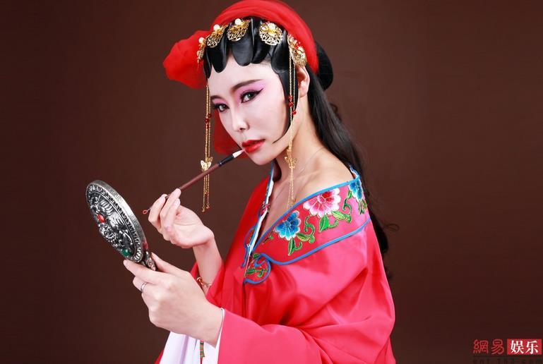 """最后一出戏中的""""校花""""为京剧画了一幅肖像。"""