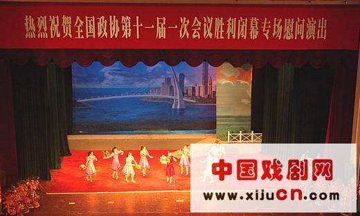 昨晚,中国人民政治协商会议全国委员会礼堂上演了大型现代京剧《月亮,现在在海上长满了》。