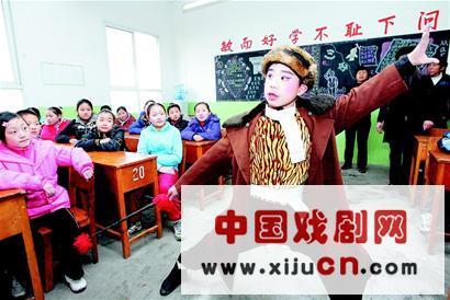 小学生欣赏中国文化精髓的魅力,表演京剧《上山打老虎》
