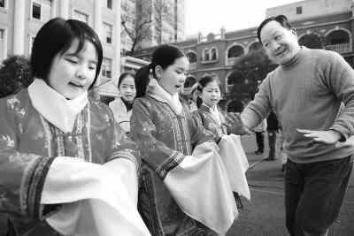 一流京剧演员谭连寿进入小学辅修京剧