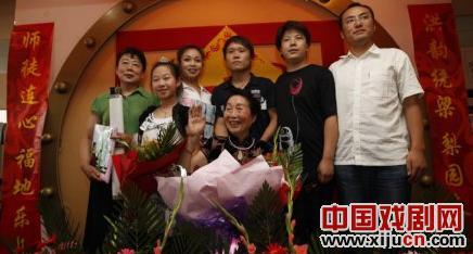 红英和6名新生庆祝81岁生日