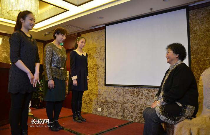 著名京剧大师杨荣环的后裔杨健和小朱越打开山门接受神仙