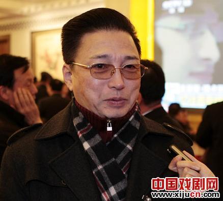谭孝曾建议提高京剧演员的待遇水平,补贴剧院以降低票价门槛。