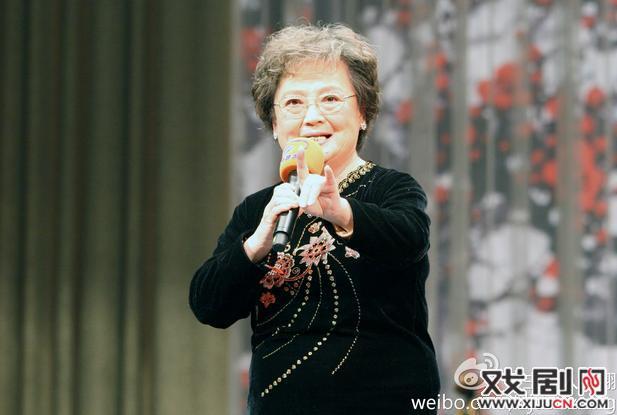 著名的说书人吴伯丽老师在同一个舞台上参加了她的教学50周年音乐会。