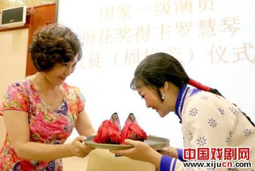 """平剧罗慧琴的""""新派""""以程蔡照平剧团年轻演员周严蕊为演员"""