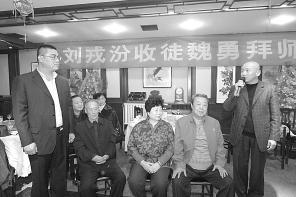 邱派京剧艺术家刘荣芬以魏勇为学徒,为京剧业余活动建立了基地。