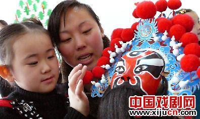 老师教幼儿园的孩子识别面部化妆。